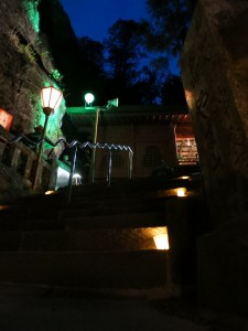 石段もライトアップされててきれい。