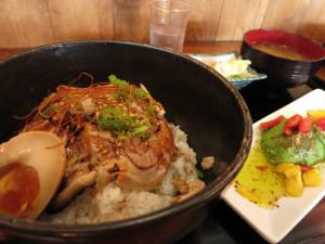 炙りチャーシュー丼とアボカドサラダ