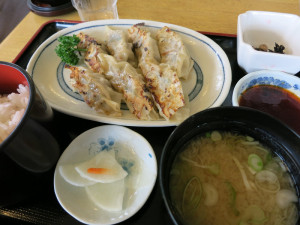 昼は温泉閣でもみじ餃子定食。
