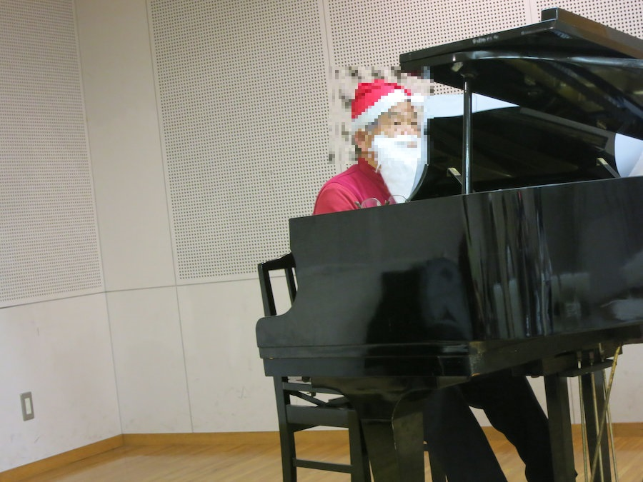 サンタさんがピアノ弾きますw
