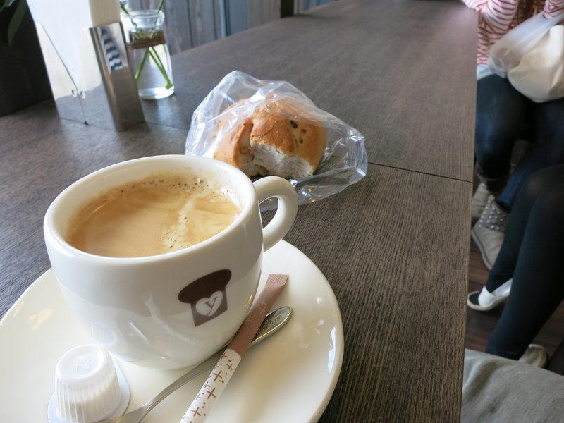 コーヒーとパンで一服。