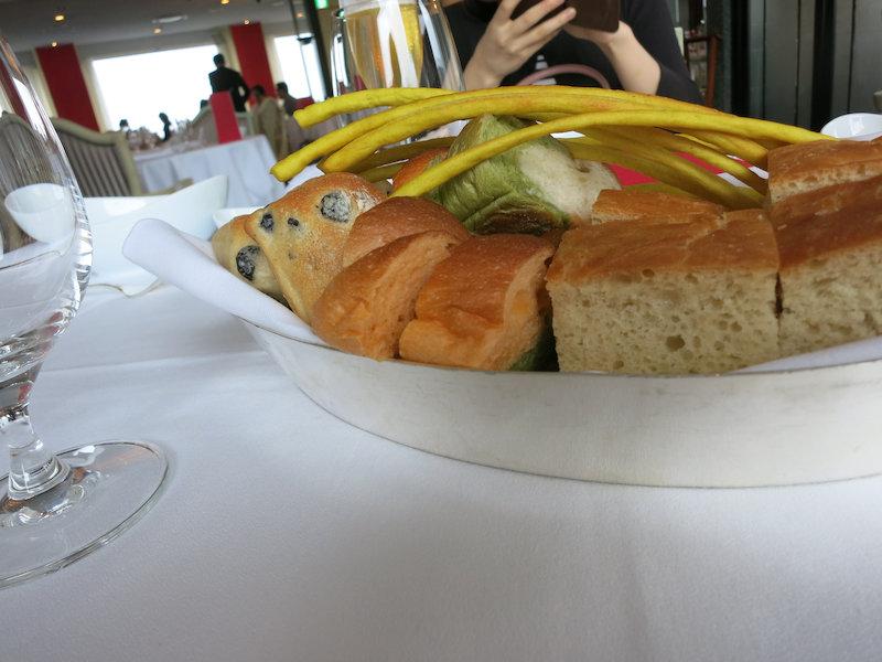 最初にパンが来ます。