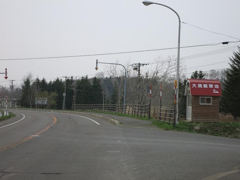 この赤い屋根のバス停まで。