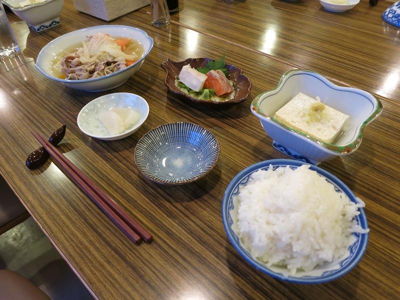 晩御飯。実家のような食事でいい感じ。