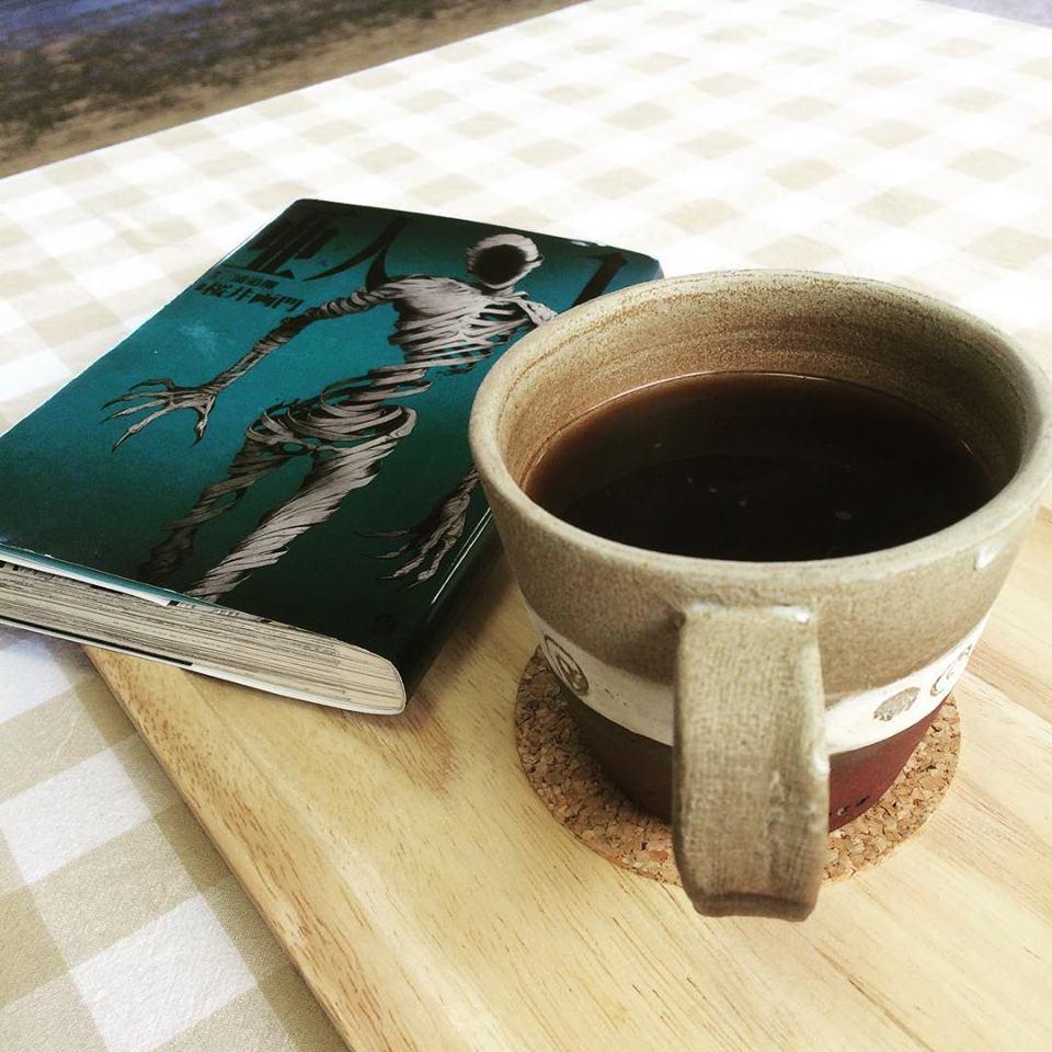 コミック読みながらコーヒー。優雅。