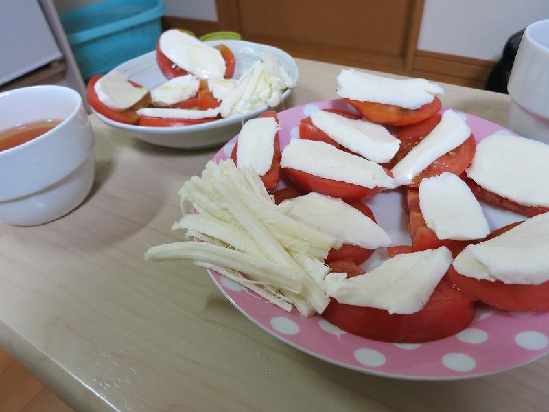 トマトのチーズのせ。オリーブオイルを添えて。